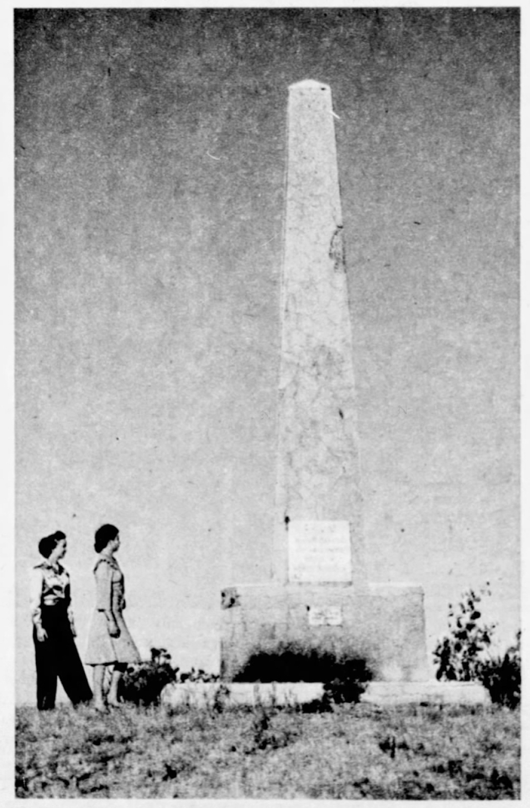 A 1947 picture of the monument on Snake Butte.