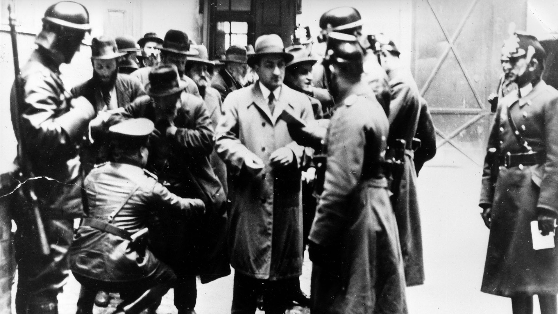 Ullstein 00549760_Internal politics 1933_Raid in the barn quarter of Berlin.jpg
