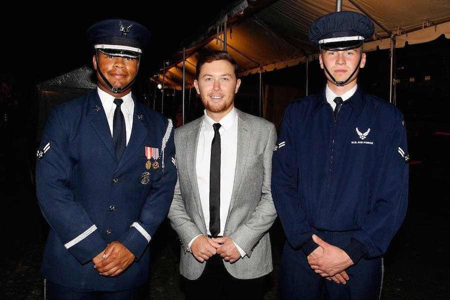 Country music artist Scotty McCreery (C) poses for a photo with Air Force servicemen backstage at PBS' 2017 <em>National Memorial Day Concert</em> - Rehearsals at U.S. Capitol, West Lawn on May 27, 2017 in Washington, DC. (Photo by Paul Morigi/Getty Images for Capital Concerts)